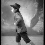 Modello in posa, non datata, lastra fotografica, 13 x 18 cm, Archivio - Fondazione Giuseppe Mozzanica.