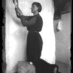 Modella in posa, non datata, lastra fotografica, 13 x 18 cm, Archivio - Fondazione Giuseppe Mozzanica.