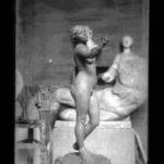 Interno studio dell'artista in primo piano opera in argilla di piccole dimensioni, non datata, lastra fotografica, 9 x 12 cm, Archivio - Fondazione Giuseppe Mozzanica.