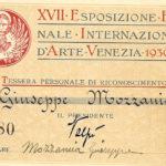 Tessera di riconoscimento rilasciata in occasione della XVII Biennale di Venezia del 1930, documento d'archivio - Fondazione Giuseppe Mozzanica.
